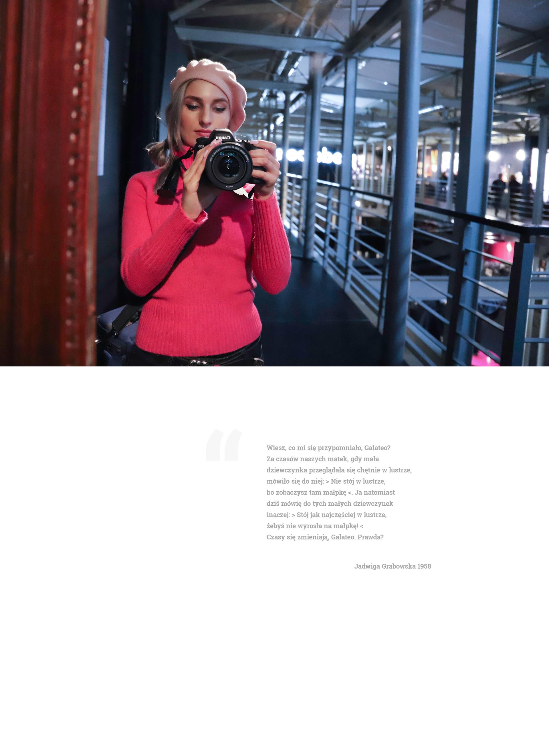 Obraz przedstawia zdjęcie kobiety w berecie i różowym swetrze, która robi sobie zdjęcie w lustrze. Pod zdjęciem znajduje się opis.