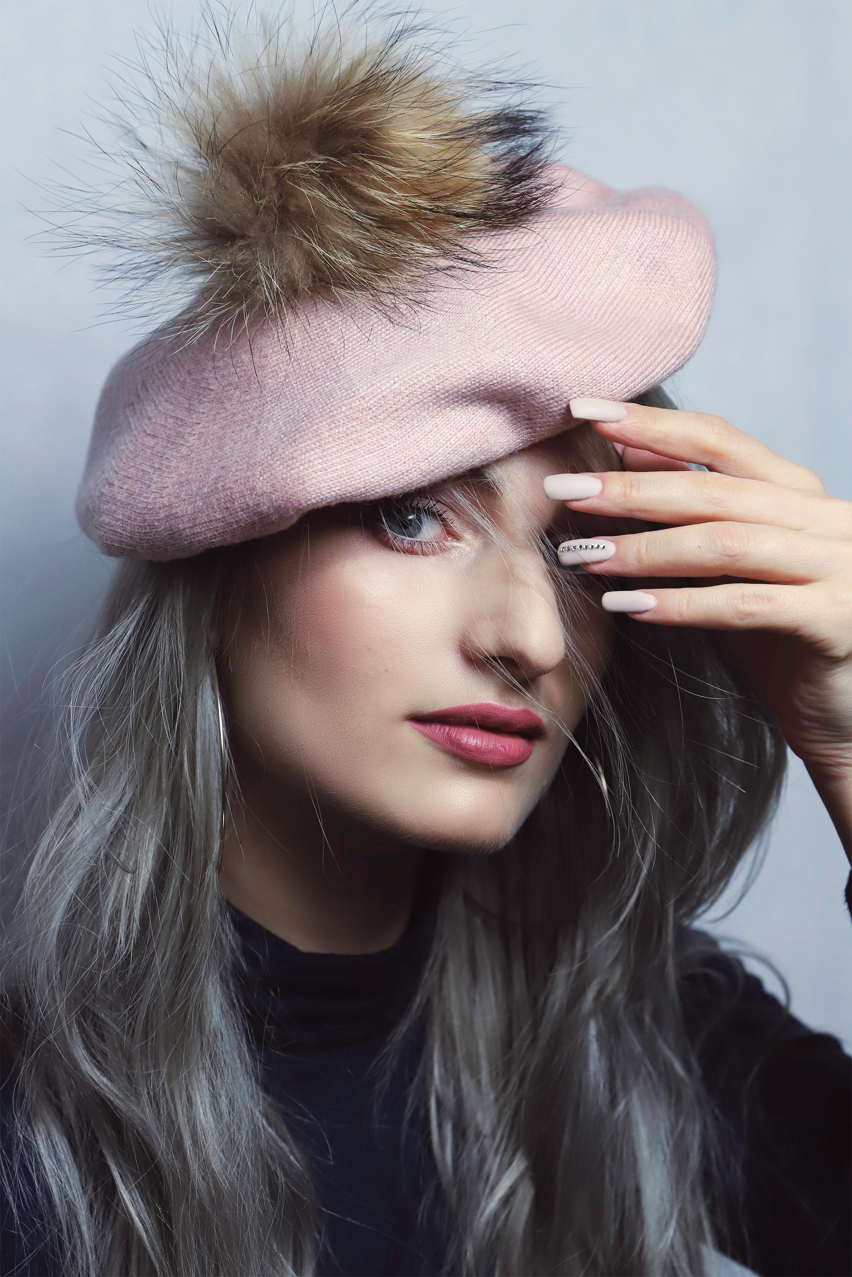 Zdjęcie przedstawia portret kobiety w różowym berecie.