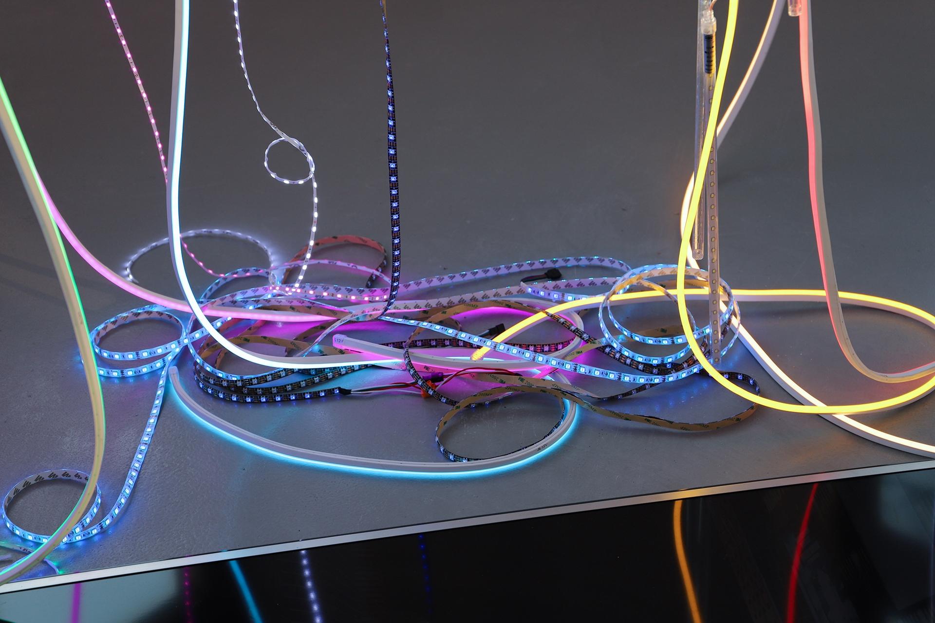 Zdjęcie przedstawia kolorowe węże z lampami led.