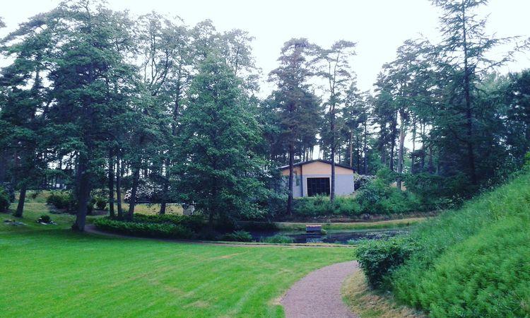 Skogskyrkogårdens Kapell skymta - skogskyrkogardar   ello
