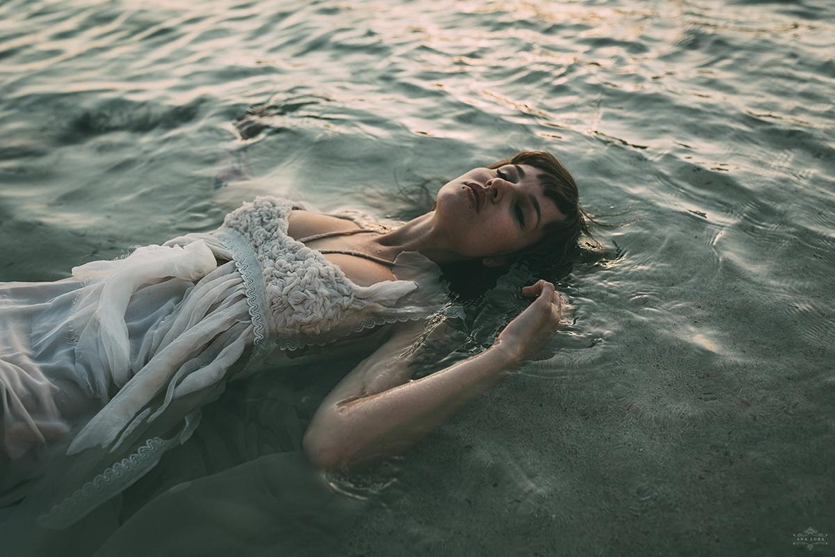 Ana Lora (@analora) Cover Image